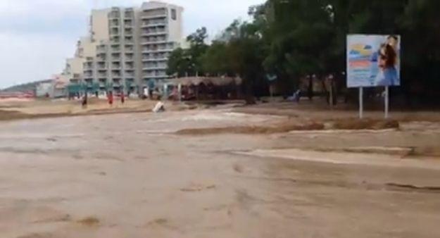 Inundatiile din Bulgaria: Un autocar al Ministerului de Interne a adus in tara 29 de turisti. Alti 244 de romani s-au intors pe cont propriu