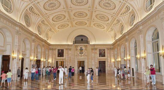 Muzeul National de Arta al Romaniei organizeaza vizite ghidate in spatiile istorice ale Palatului Regal